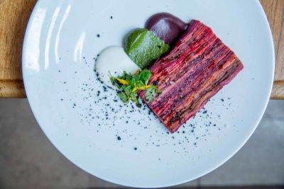 Plat de légume comme une terrine tranchée et disposée dans l'assiette, couleur betterave