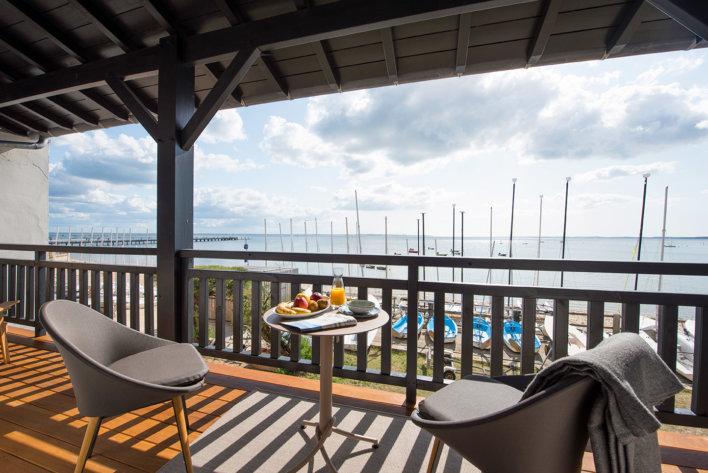 Petit-déjeuner avec vue sur le bassin d'Arcachon depuis une terrasse