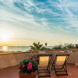 Vue sur un coucher de soleil depuis une terrasse