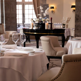 Focus sur une table de restaurant dressée au Royal Hainaut Spa & Resort Hotel