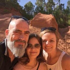 Photo de famille, un homme à gauche, une petite fille au centre et une femme à droite