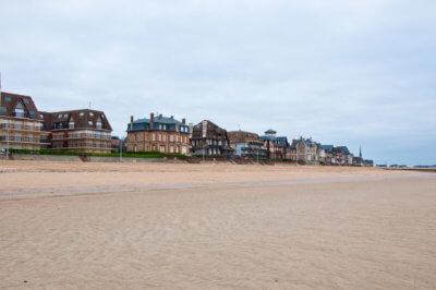 Plan large sur une plage de Houlgate