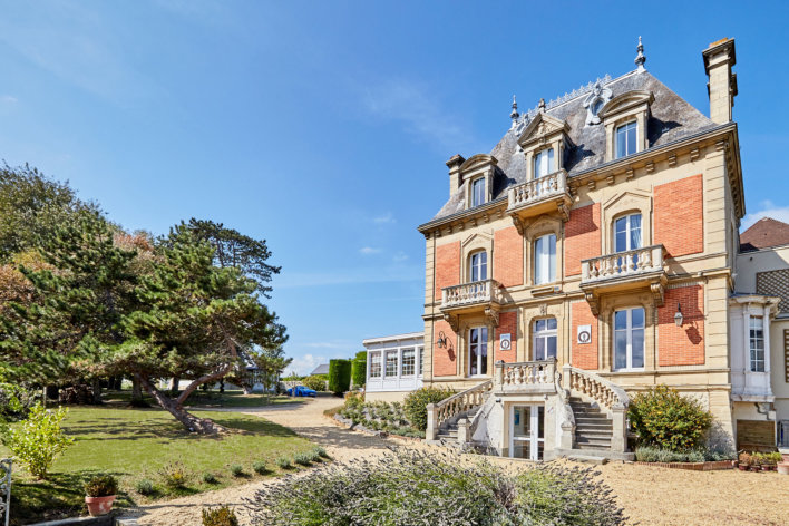 Vue exterieure sur le manoir des Villas d'Arromanches