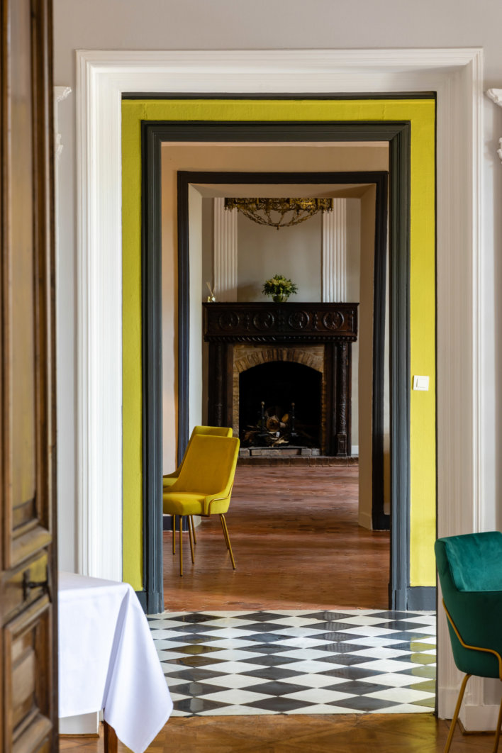 Vue d'un couloir aux détails colorés