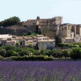 Vu sur un château provençale, champs de lavande en premier plan