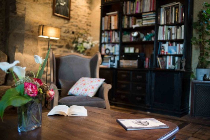 Lit ouvert sur une table bassse à côté d'une bibliothèque