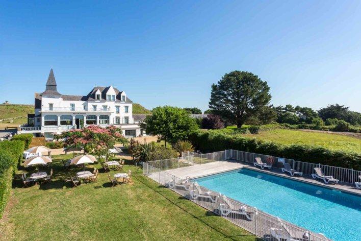 Vue aérienne d'un hôtel avec piscine extérieure
