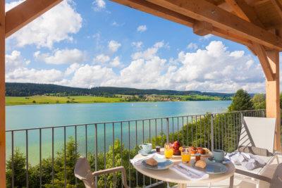 Vue sur lac petit déjeuner