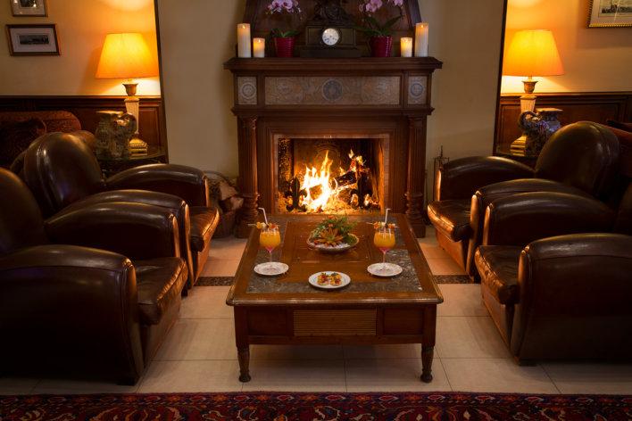 Salon avec feu de cheminée