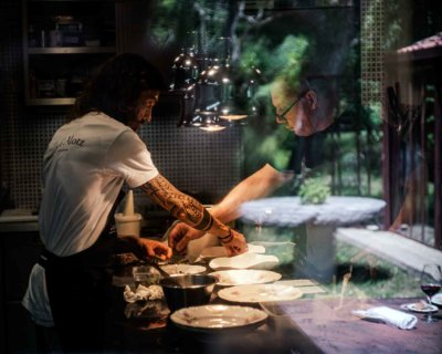 Chef en cuisine en dressage d'assiette creuse