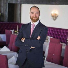 Portrait américain d'un homme en costume dans une salle de restaurant