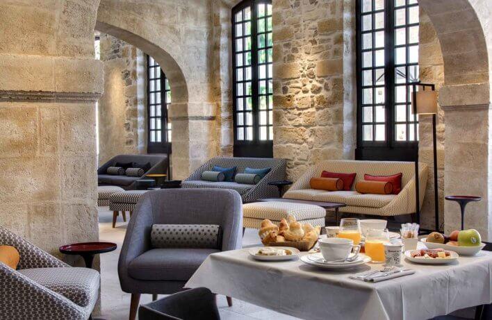 Petit déjeuner dans une salle avec pierre de taille et mobilier contemporain