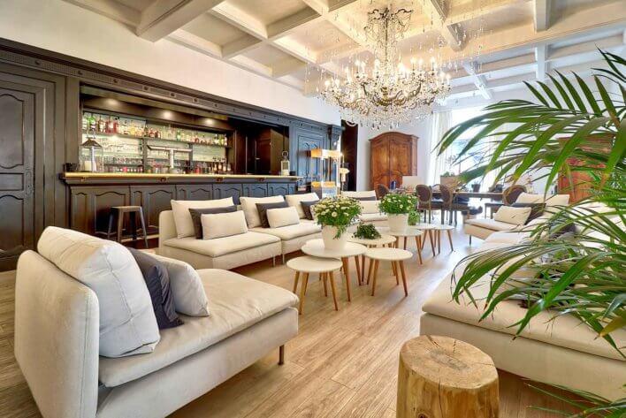 Salon avec grand canapé et bar