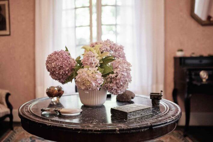 Vase avec hortensias sur une table
