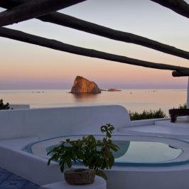 Coucher du soleil avec piscine vue sur la mer