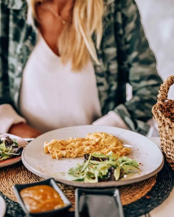 plat de petit-déjeuner, omelette et salade verte de concombre