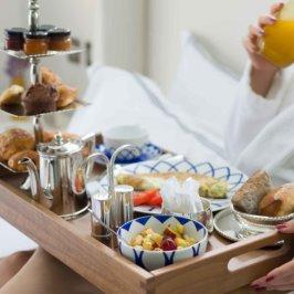 Plateau en bois d'un petit-déjeuner au lit