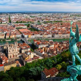 Vue aérienne de la statue de l'Archange Michael de la Basilique Notre-Dame de Fourvière