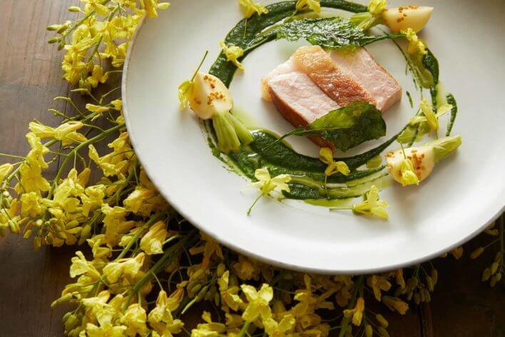 Plat dressée dans une assiette très végétale