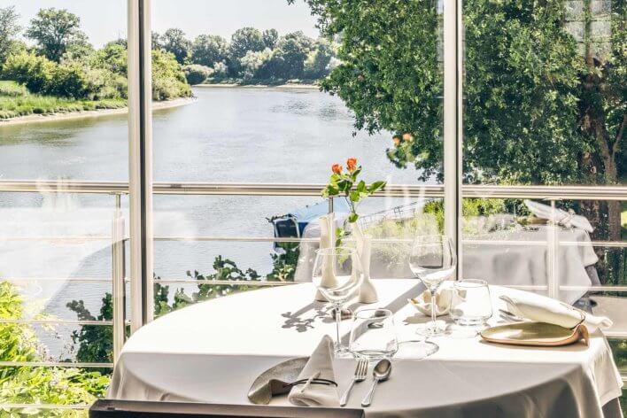 Table dressée avec vue sur une rivière