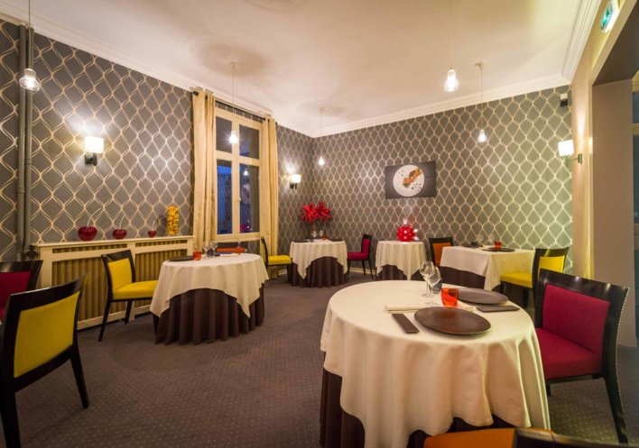 Salle de restaurant avec tables rondes et nappées
