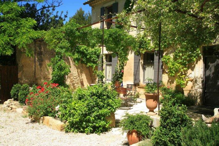 Bâtisse provençale à l'entrée verdoyante