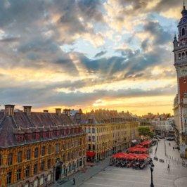 Vue aérienne du beffroi de la chambre de commerce de Lille sur la Place du Théâtre