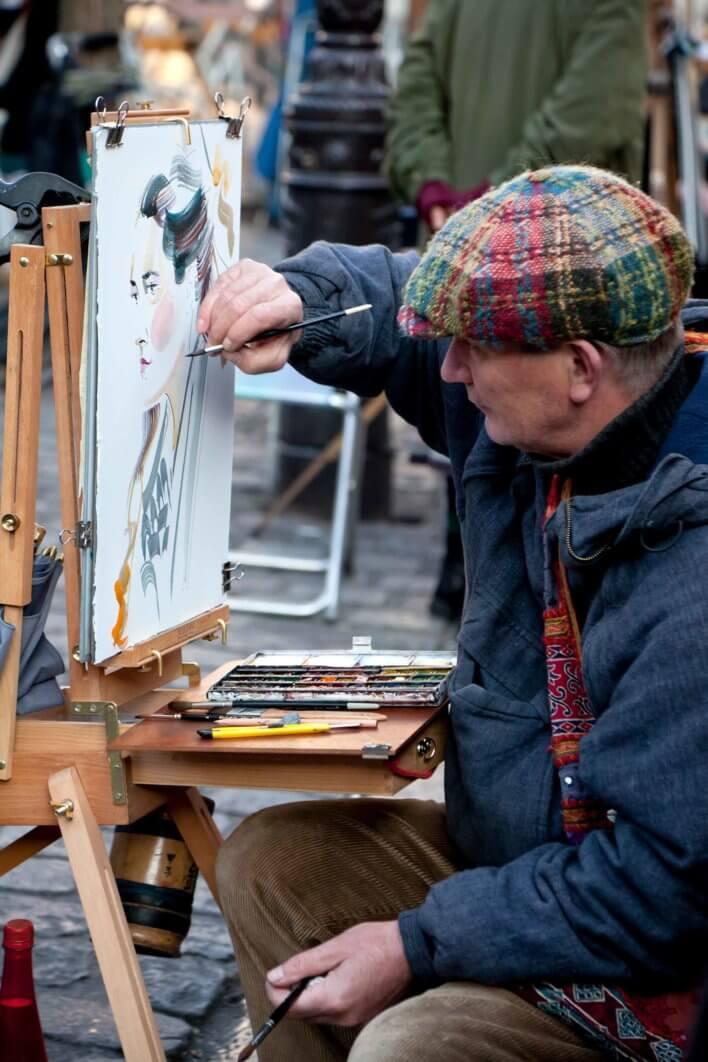 Peintre réalisant un portrait sur le Pont des Arts