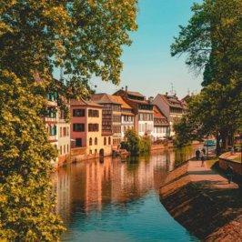 Berges de Strasbourg et vue sur les maisons à colombages
