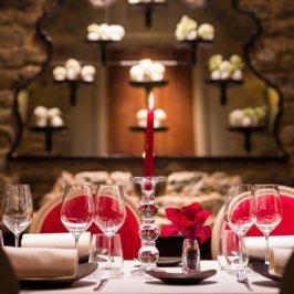 Où partir à Noël : table de restaurant dressée pour un repas de fête