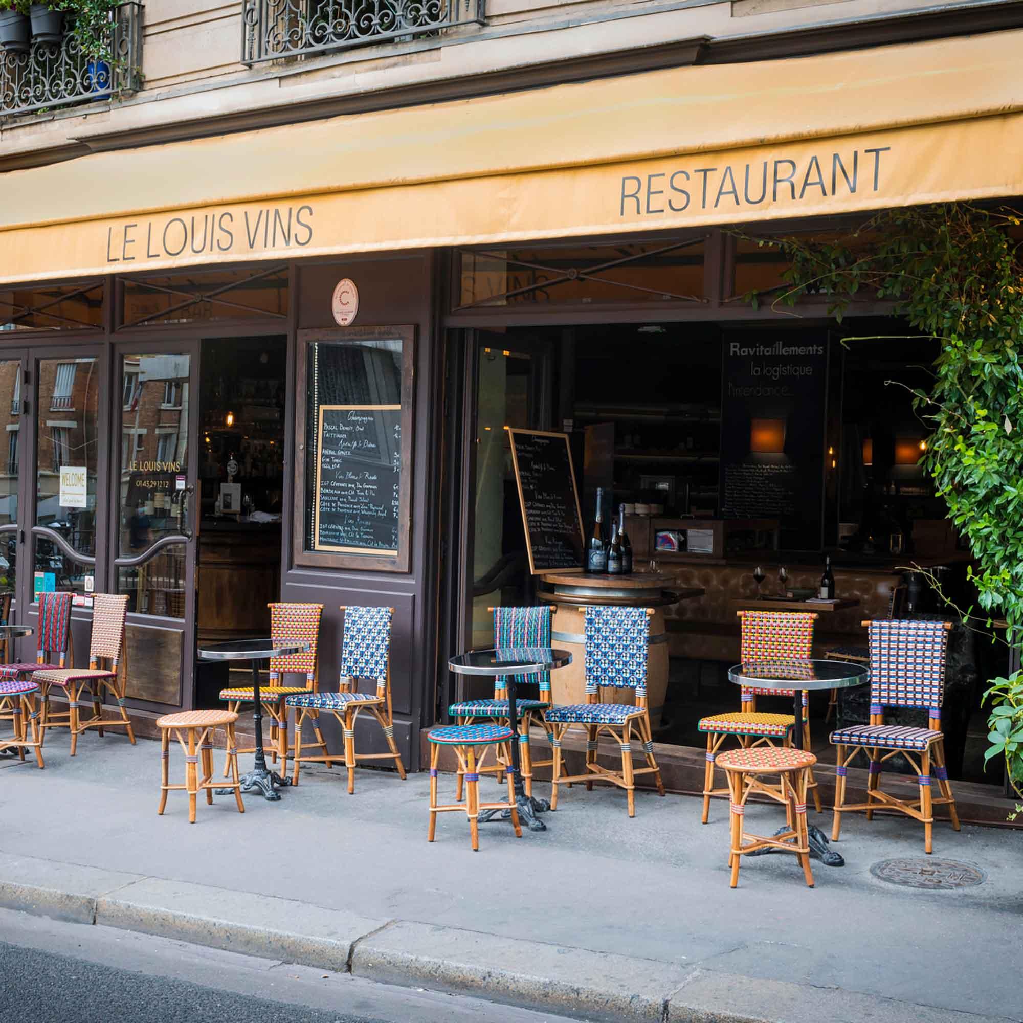 Terrasse restaurant avec chaise et table type bistrot en cannage