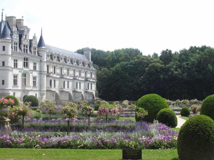 Vue de la façade et des jardins du Château de Chambord