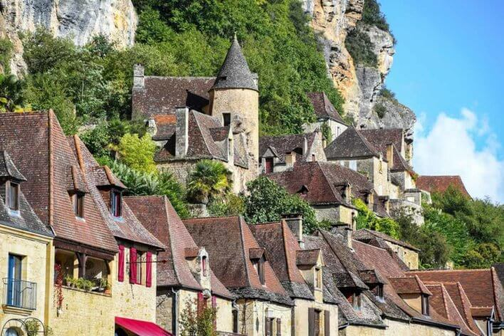 Façades à flanc de colline du village de Roque Gageac