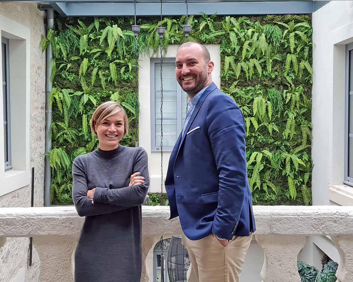duo femme homme en photo portrait, arrière-plan mur végétal