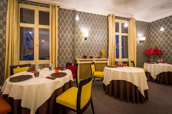 Salle de restaurant avec quelques tables dressées