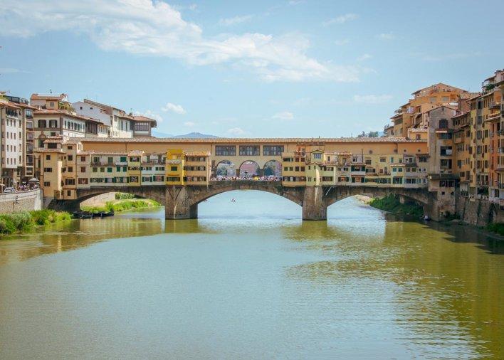 Vue depuis l'Arno sur le Ponte Vecchio à Florence