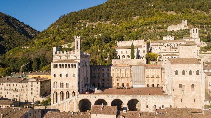 Vue sur la façade du Palazzo dei Consoli à Gubbio