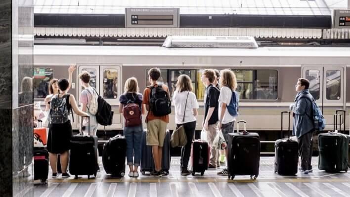Vacanciers attendant leur train © Songping wang de Pixabay (1)