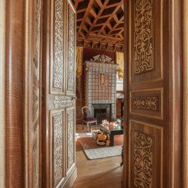 Salon type château, boiseries et parquets anciens, jouets pour enfants